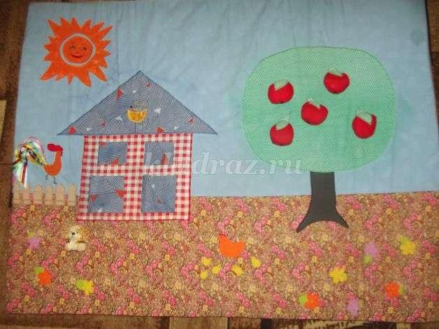 4fdc4ffbf1bc Сюжетом коврика является «домик в деревне». На коврике располагается дерево  с яблоками. Фрукты на липучках, они легко прицепляются и снимаются с дерева.