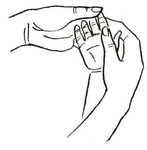 9672  После легкого массажа ладошки сорока-белобока вкладывайте в руку  ребенка удобную и легкую погремушку. 895656826f7