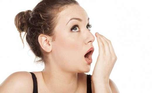 Неприятный запаха изо рта у ребенка, грудничка: причины. Почему у ребенка изо рта пахнет ацетоном, чесноком, если он не ел чеснока? Как избавиться от неприятного запаха изо рта?